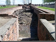 800px-Entrance_to_Crematorium_III_in_Auschwitz_II_(Birkenau)